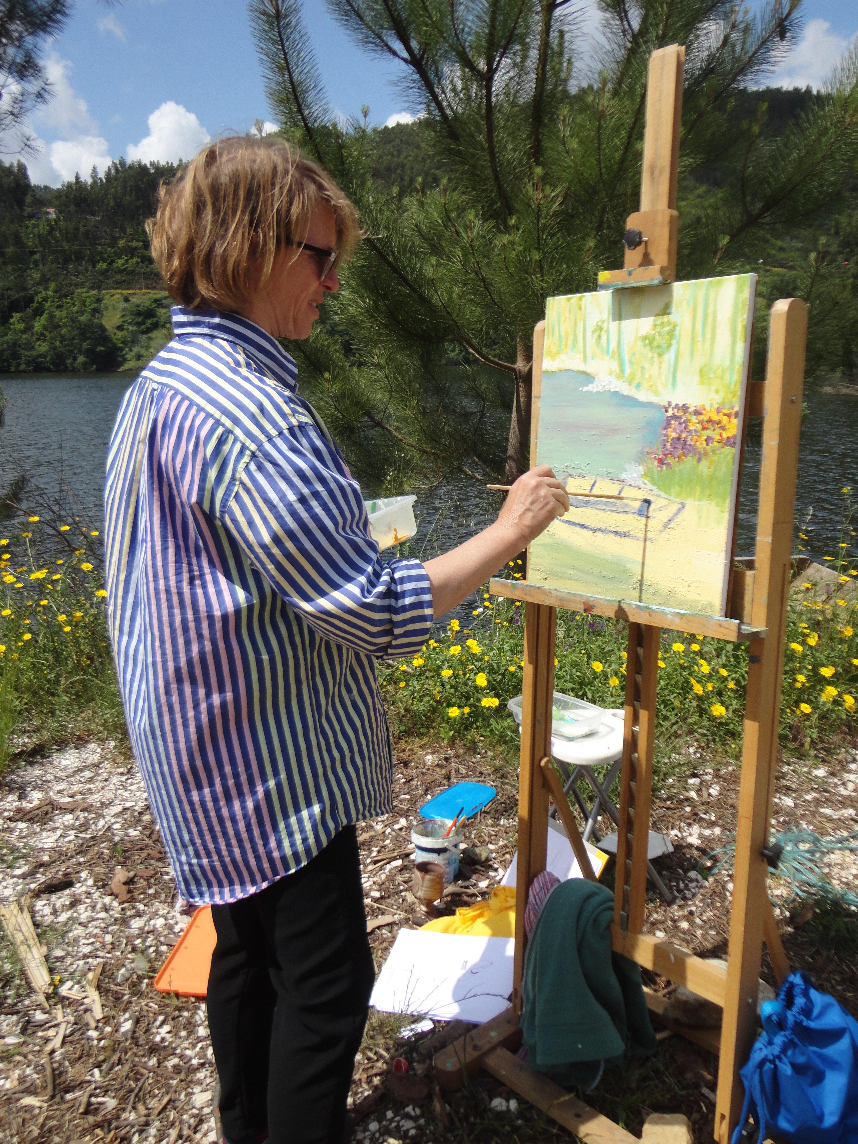 Marianne schildert in Portugal een landschap